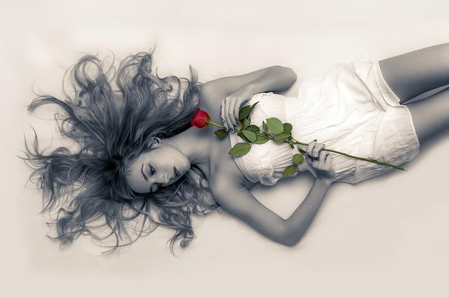 růže na ženě